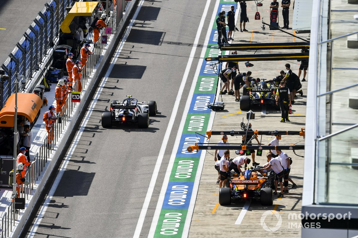 Pierre Gasly, AlphaTauri AT01, lascia i box passando davanti a Lando Norris, McLaren MCL35, e Daniel Ricciardo, Renault F1 Team R.S.20