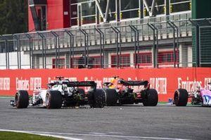 Alex Albon, Red Bull Racing RB16, battles with Daniil Kvyat, AlphaTauri AT01, and Sergio Perez, Racing Point RP20