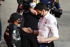 Lewis Hamilton, Mercedes-AMG F1,, primo classificato, e Toto Wolff, Executive Director (Business), Mercedes AMG, parlano al Parc Ferme