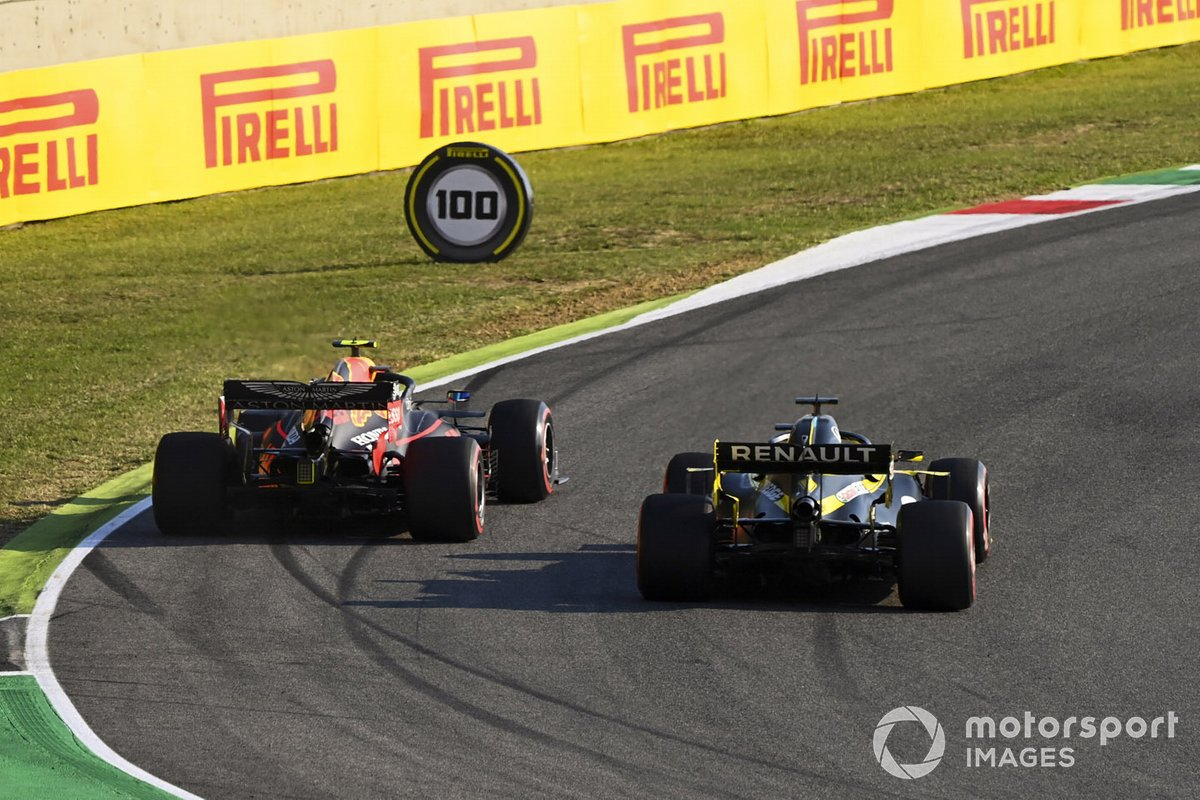 Alex Albon, Red Bull Racing RB16, in battaglia con Daniel Ricciardo, Renault F1 Team R.S.20
