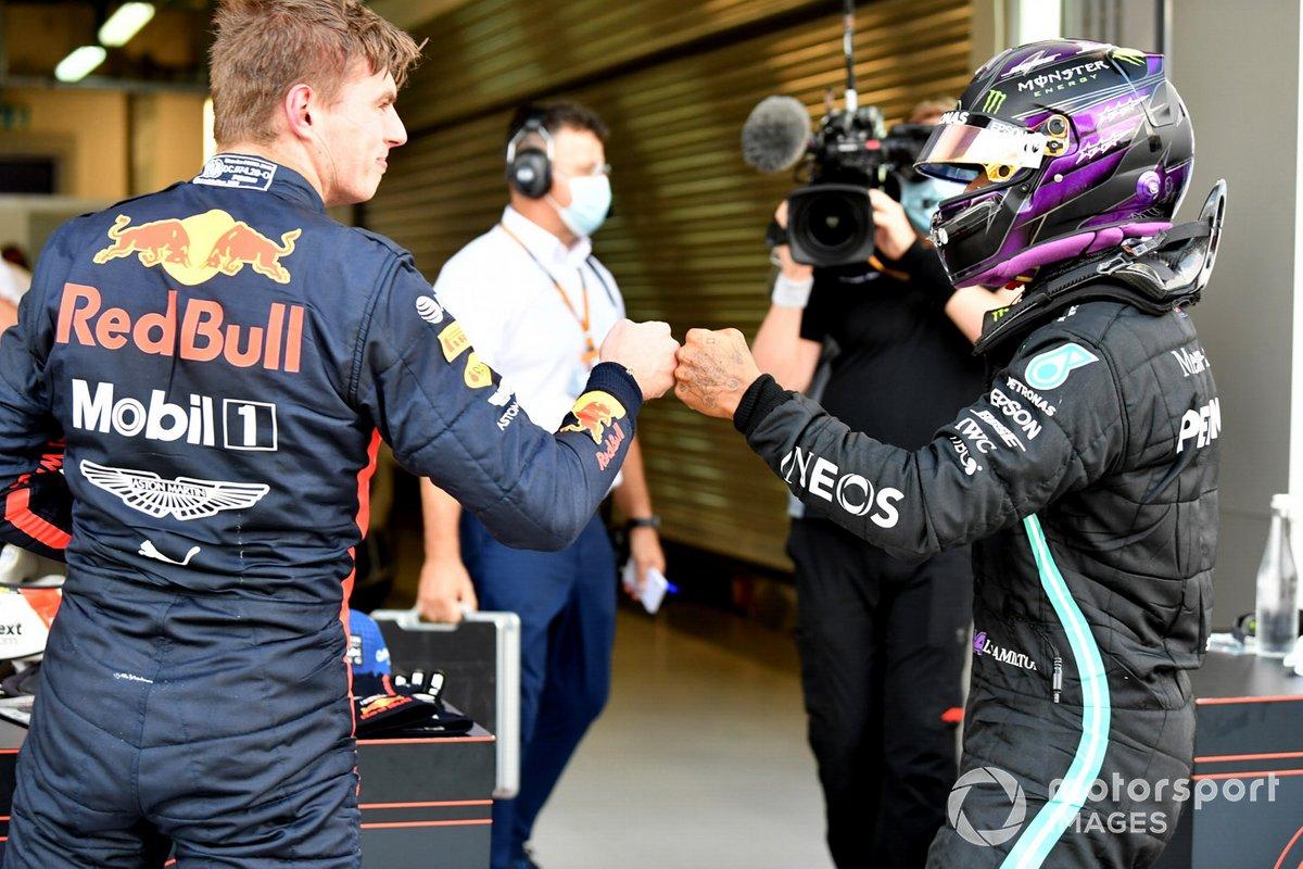 Segundo puesto Max Verstappen, Red Bull Racing RB16, con el ganador de la pole Lewis Hamilton, Mercedes-AMG F1, en Parc Ferme