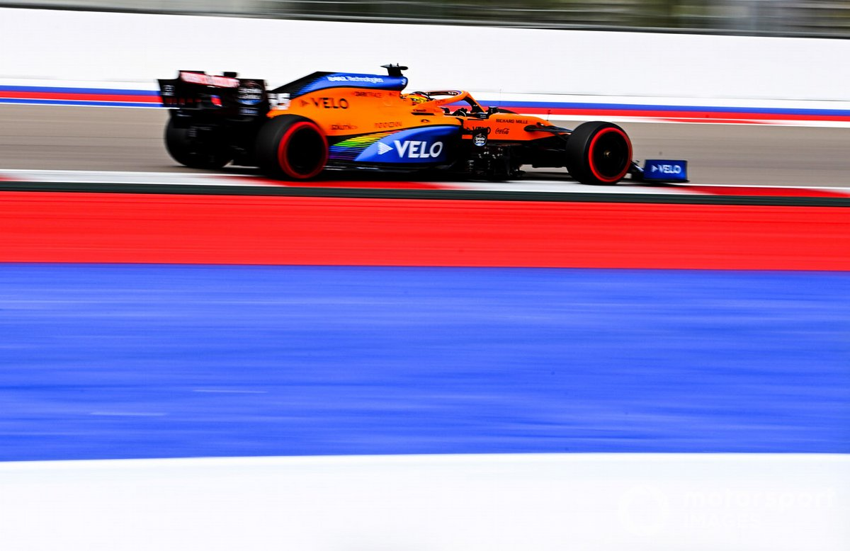 Carlos Sainz Jr., McLaren MCL35 sul circuito