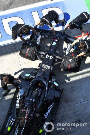 Lewis Hamilton, Mercedes F1 W11, retourne dans son garage