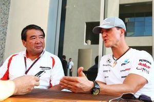 Michael Schumacher, Mercedes GP, avec Hirohide Hamashima, directeur de Bridgestone Tyre Development