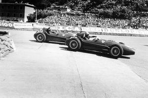 Luigi Musso, Ferrari Dino 246, devant Mike Hawthorn, Ferrari Dino 246