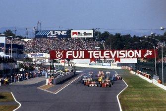 Ayrton Senna, McLaren MP4/5B and Alain Prost, Ferrari 641/2 lead away at the start