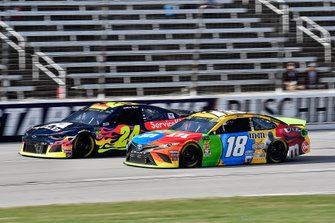 William Byron, Hendrick Motorsports, Chevrolet Camaro Axalta and Kyle Busch, Joe Gibbs Racing, Toyota Camry M&M's