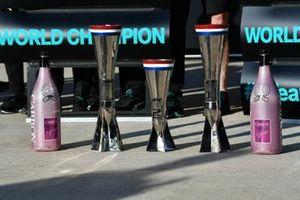 El trofeo Mercedes y las botellas de champán