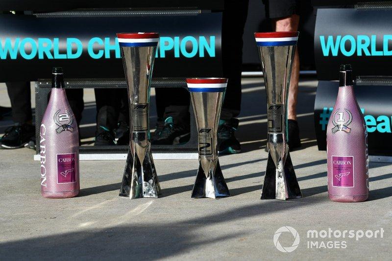 Trofei e bottiglie di Champagne Mercedes