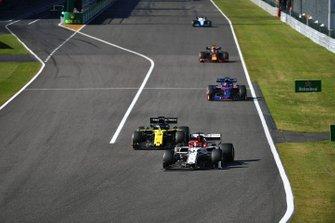 Kimi Raikkonen, Alfa Romeo Racing C38, leads Daniel Ricciardo, Renault F1 Team R.S.19, Daniil Kvyat, Toro Rosso STR14, and Max Verstappen, Red Bull Racing RB15