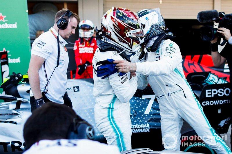 Ganador Valtteri Bottas, Mercedes AMG F1 y Lewis Hamilton, Mercedes AMG F1 celebran en Parc Ferme
