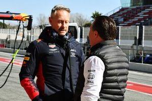 Jonathan Wheatley, Director de Equipo, Red Bull Racing, habla con Zak Brown, Director Ejecutivo, McLaren