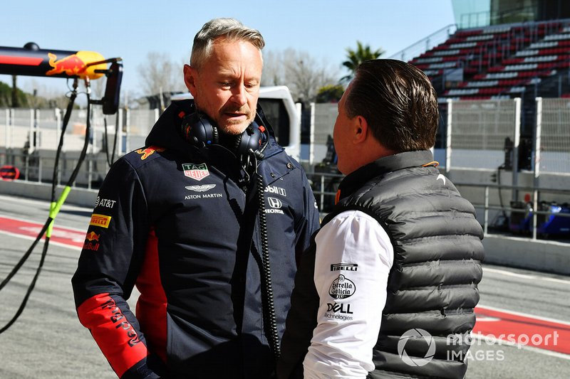 Jonathan Wheatley, Team Manager, Red Bull Racing, discute avec Zak Brown, directeur exécutif, McLaren