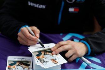 Stoffel Vandoorne, Mercedes Benz EQ signe des autographes