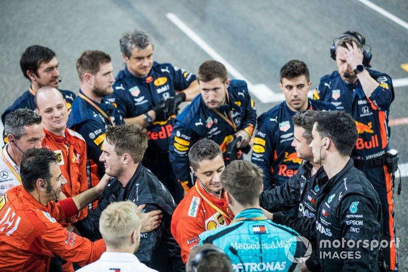 Los mecánicos de Red Bull, Ferrari y Mercedes se felicitan al final de la carrera
