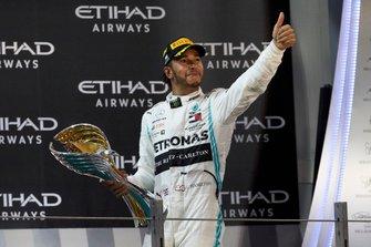 Le vainqueur Lewis Hamilton, Mercedes AMG F1, quitte le podium avec son trophée