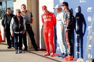 Mario Andretti presents the Pirelli pole position award to Valtteri Bottas, Mercedes AMG