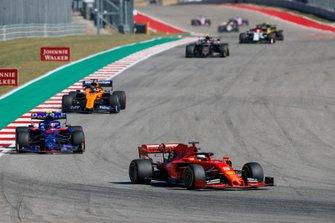 Sebastian Vettel, Ferrari SF90, precede Pierre Gasly, Toro Rosso STR14, Carlos Sainz Jr., McLaren MCL34, e Kevin Magnussen, Haas VF-19