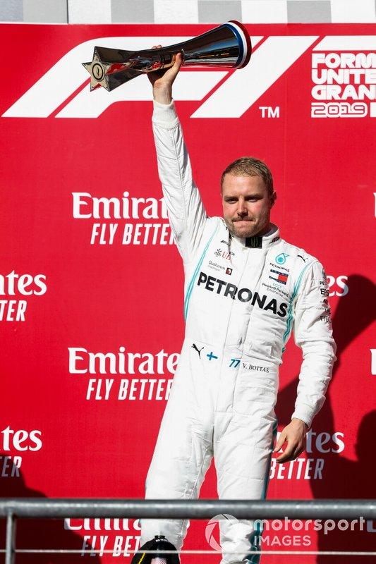 Valtteri Bottas, Mercedes AMG F1, 1° classificato, festeggia con il trofeo