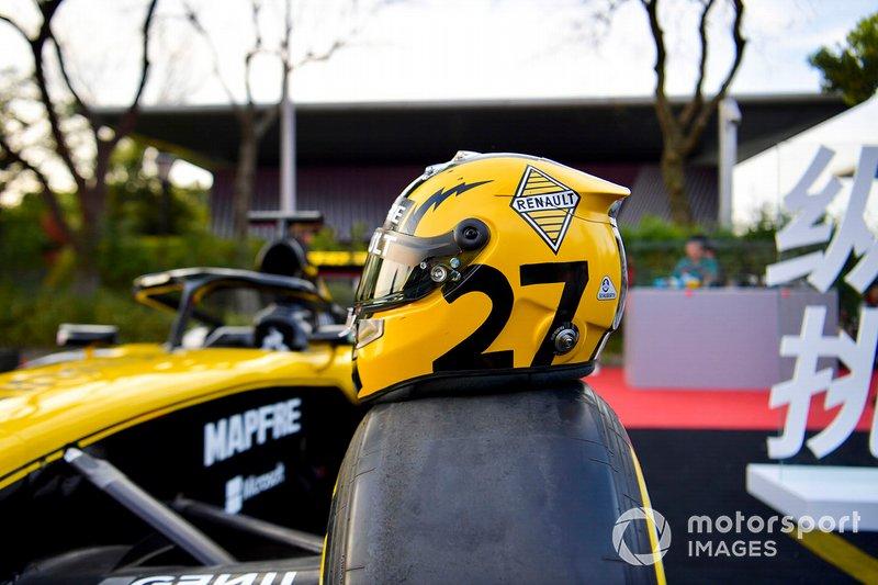 Le casque de Nico Hulkenberg, Renault F1 Team, posé sur une voiture