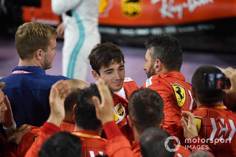 Il team Ferrari festeggia con Charles Leclerc, Ferrari, 3° classificato, nel parco chiuso