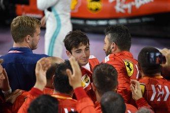 Les membres de Ferrari fêtent le podium avec Charles Leclerc, Ferrari, troisième, dans le parc fermé