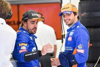 Fernando Alonso, McLaren, talks to Carlos Sainz Jr., McLaren