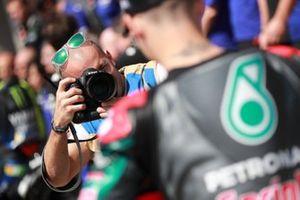 Фотограф и гонщик Petronas Yamaha SRT Фабио Куартараро