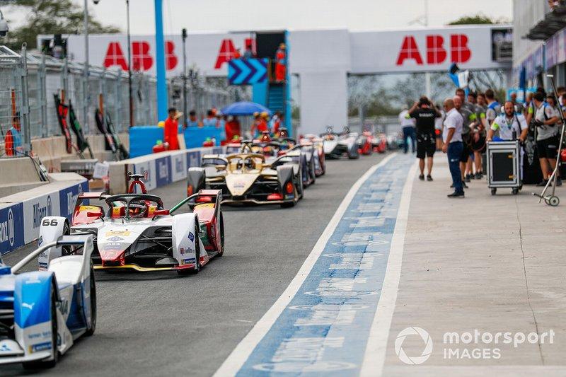 Daniel Abt, Audi Sport ABT Schaeffler, Audi e-tron FE05, Andre Lotterer, DS TECHEETAH, DS E-Tense FE19, percorrono la pitlane