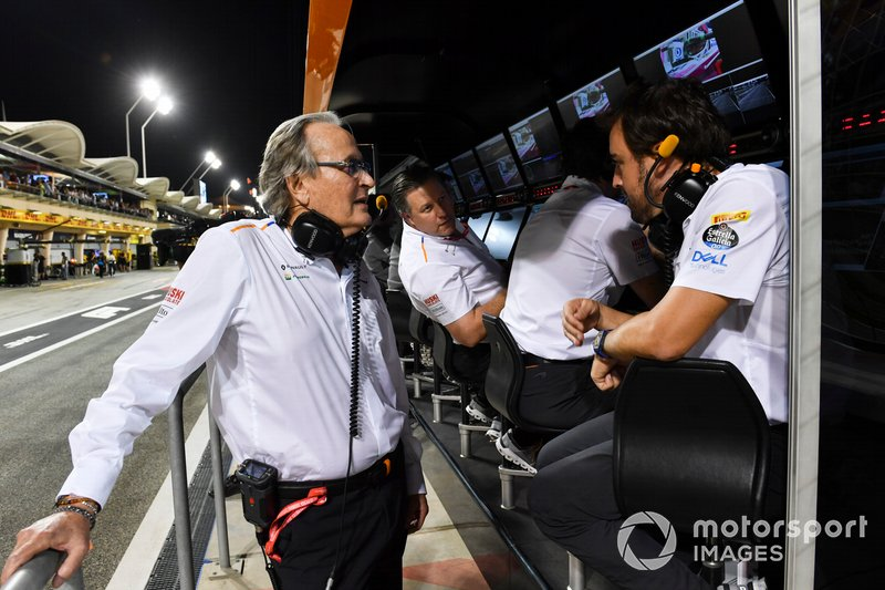 Mansour Ojjeh, copropietario, McLaren, y Fernando Alonso en la pared del foso de McLaren durante la Calificación