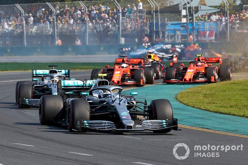 Valtteri Bottas, Mercedes AMG W10, precede Lewis Hamilton, Mercedes AMG F1 W10, Sebastian Vettel, Ferrari SF90, Charles Leclerc, Ferrari SF90, Max Verstappen, Red Bull Racing RB15, ed il resto del gruppo alla partenza