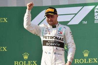 Le vainqueur Valtteri Bottas, Mercedes AMG F1, sur le podium