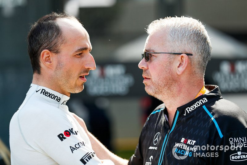 Robert Kubica, Williams Racing, parla con un membro del team