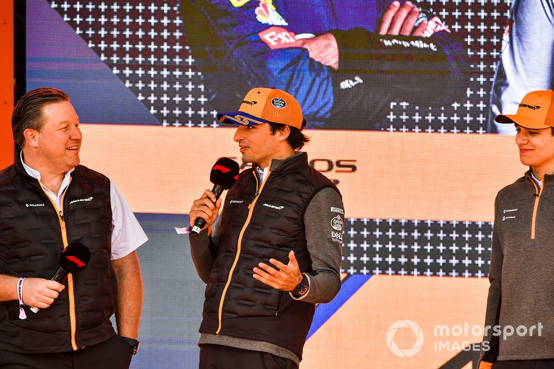 Zak Brown, CEO de McLaren, Carlos Sainz Jr., McLaren y Lando Norris en el evento con los fans