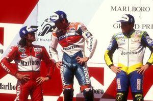 Podio: ganador Mick Doohan, segundo lugar Loris Capirossi, tercer lugar Alex Barros