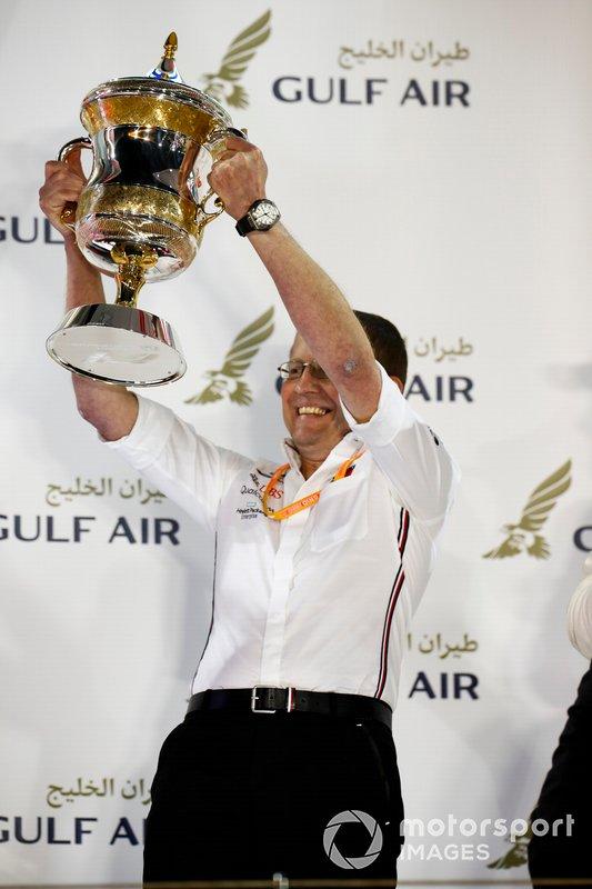 Andy Cowell, Direttore Generale, HPP, Mercedes AMG, solleva il trofeo