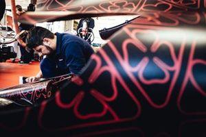 Un membro del team Alfa Romeo Racing al lavoro