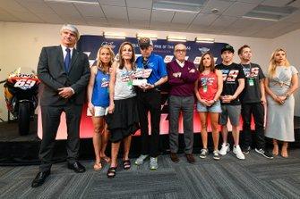 Jorge Viegas, presidente de la FIM, con la familia de Hayden, Carmelo Ezpeleta, CEO de Dorna, y su prometida Jackie Marin.