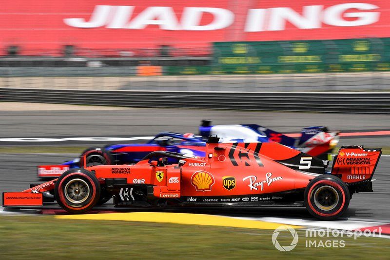 Sebastian Vettel, Ferrari SF90, supera Daniil Kvyat, Toro Rosso STR14