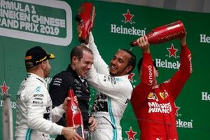 Valtteri Bottas, Mercedes AMG F1, 2° classificato, Sebastian Vettel, Ferrari, 3° classificato, e Lewis Hamilton, Mercedes AMG F1, 1° classificato, spruzzano lo Champagne sul podio