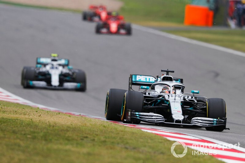 Lewis Hamilton, Mercedes AMG F1 W10 precede Valtteri Bottas, Mercedes AMG W10