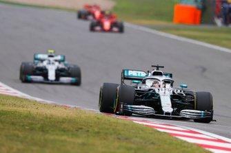 Льюіс Хемілтон, Mercedes AMG F1 W10, попереду Валттері Боттаса, Mercedes AMG W10