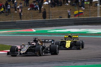 Romain Grosjean, Haas F1 Team VF-19 and Nico Hulkenberg, Renault F1 Team R.S. 19