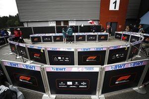 Lance Stroll, Aston Martin AMR21, met de media