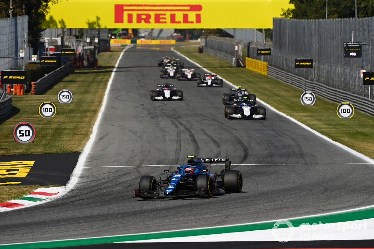 Esteban Ocon, Alpine A521, Nicholas Latifi, Williams FW43B, y Sebastian Vettel, Aston Martin AMR21