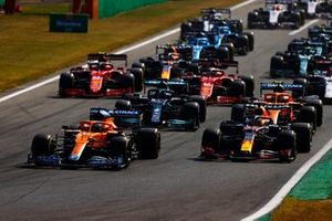Daniel Ricciardo, McLaren MCL35M, Max Verstappen, Red Bull Racing RB16B, Lewis Hamilton, Mercedes W12, Lando Norris, McLaren MCL35M, Charles Leclerc, Ferrari SF21, and the rest of the field at the start
