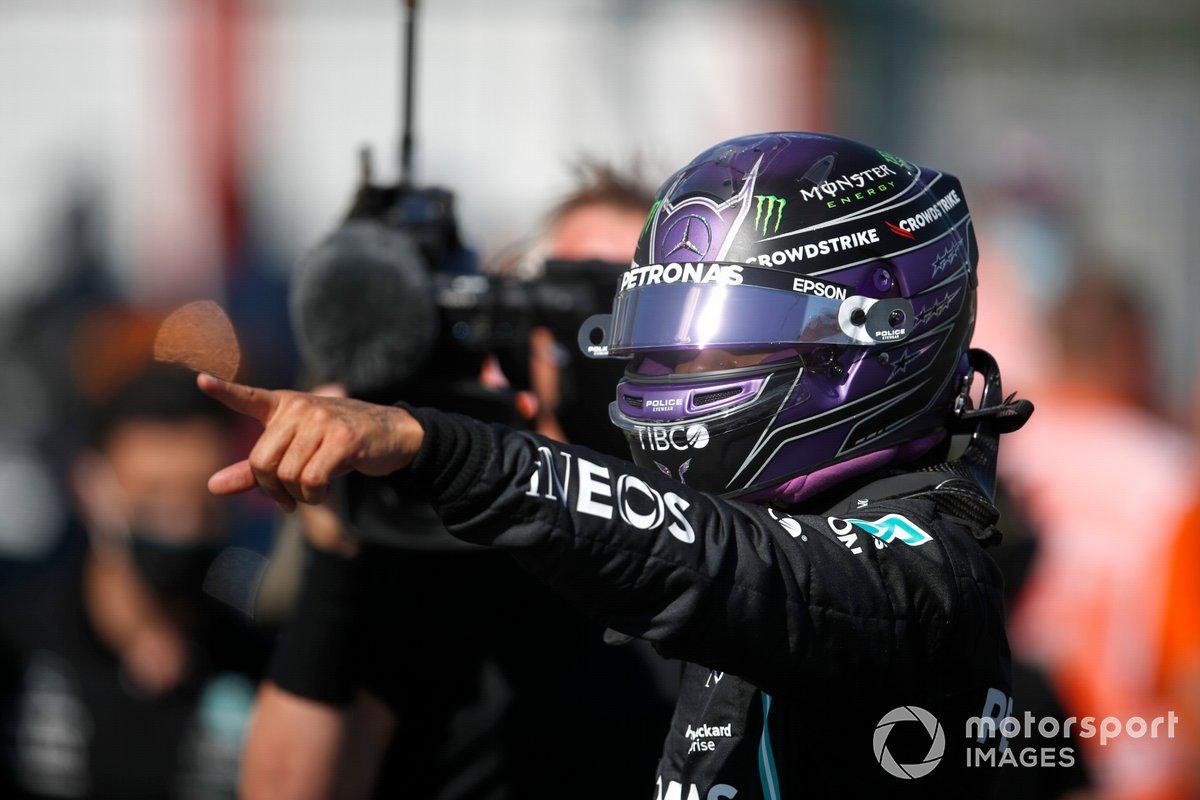 Ganador de la pole Lewis Hamilton, de Mercedes, en el Parc Ferme