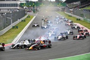 Lorenzo Colombo, Campos Racing and Ayumu Iwasa, Hitech Grand Prix at the start of the race