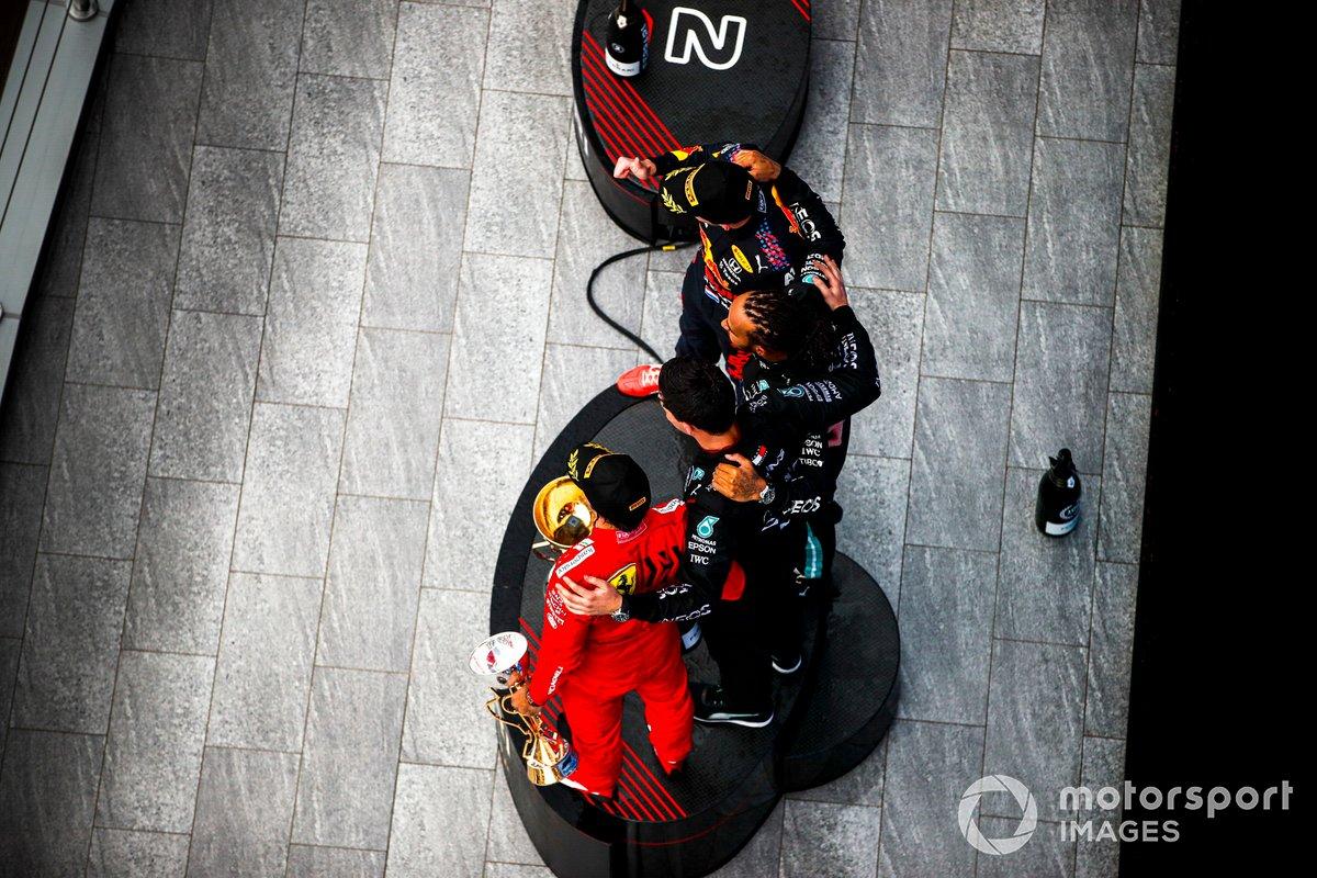 Carlos Sainz Jr., Ferrari, 3° posizione, il rappresentante del team Mercedes, Lewis Hamilton, Mercedes, 1° posizione, e Max Verstappen, Red Bull Racing, 2° posizione, sul podio