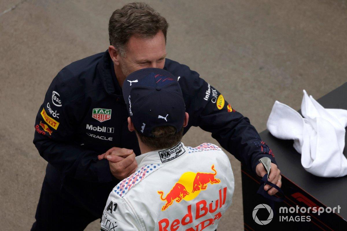 Christian Horner, director del equipo, Red Bull Racing, y Max Verstappen, Red Bull Racing, 2ª posición, celebran en el Parc Ferme